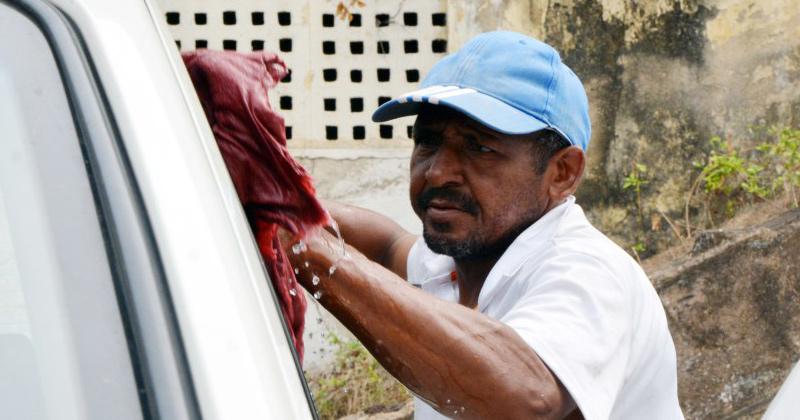 Flanelinha em João Pessoa reutiliza água para lavar carros